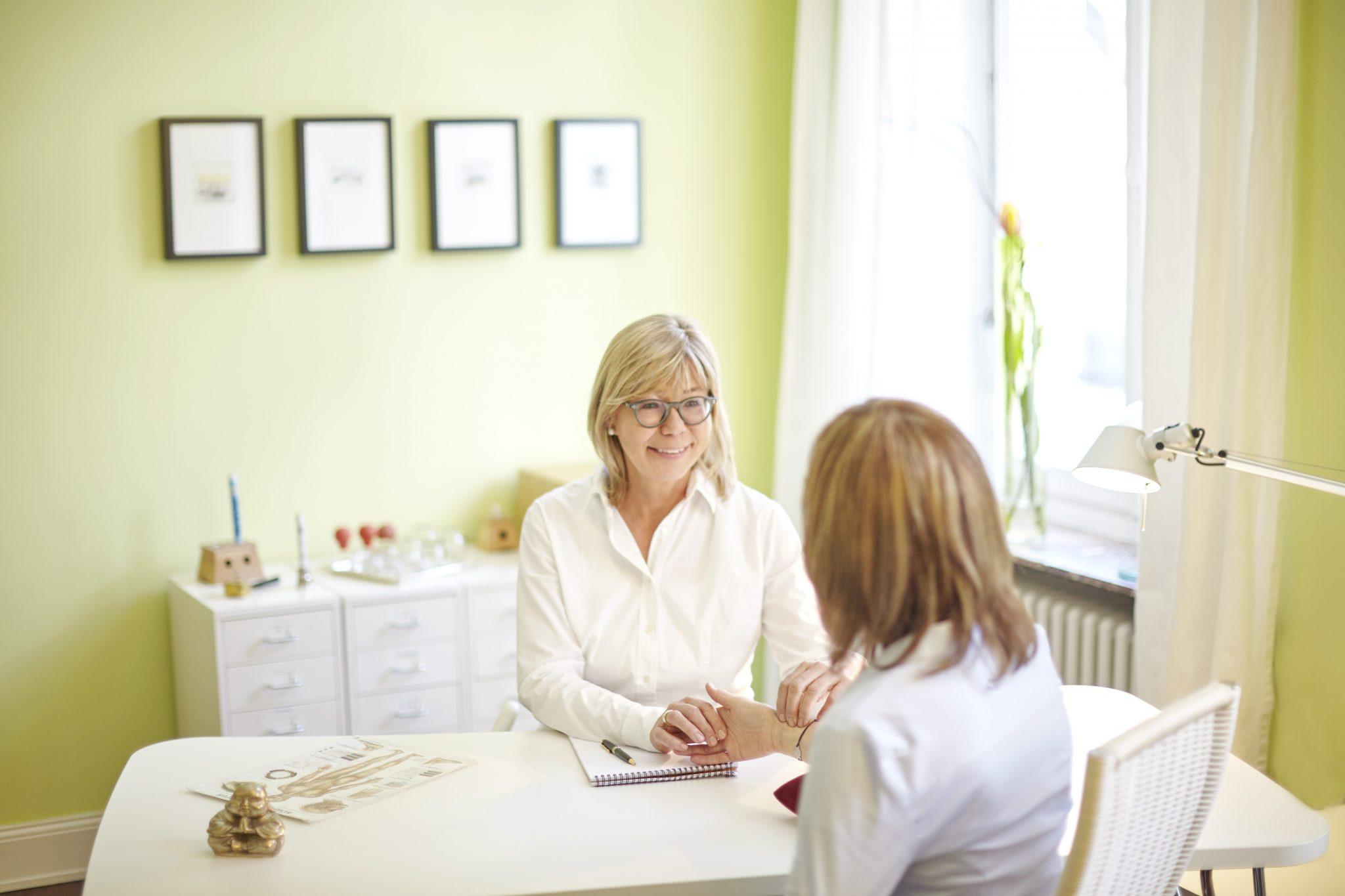 Annette Gausepohl, Heilpraktikerin in Bonn, TCM Praxis - Patientengespräch